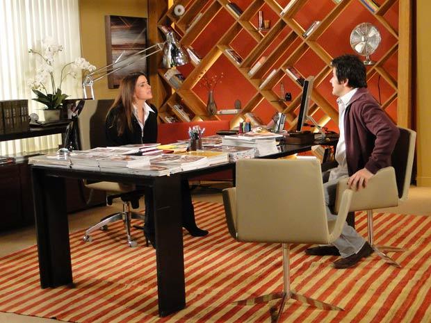 Suzana cede e empresta dinheiro para Ari montar a agência de figurantes