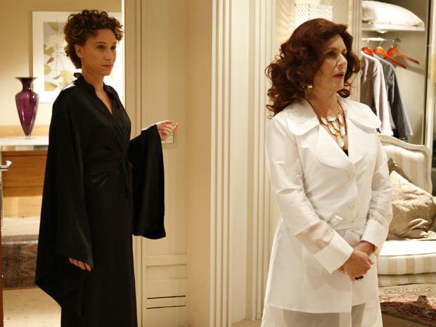 Clô usa peruca para se disfarçar de massagista e entrar no quarto de Françoise Caron
