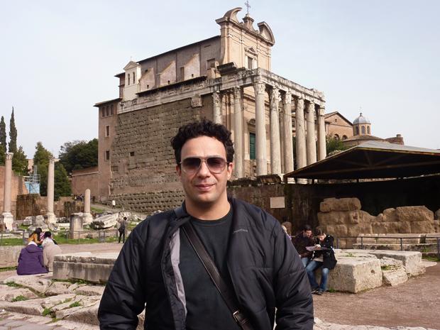 Marcelo Médici na frente do Fórum Romano