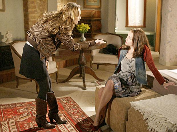 Clara cobra o dinheiro que deu a Francesca