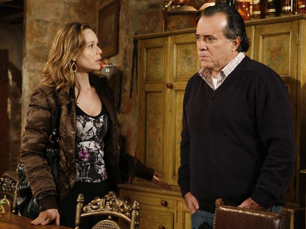 Clara fica sem resposta e Totó espera uma resposta da esposa