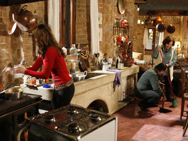 Clara joga sal na comida que está sendo preparada por Gemma