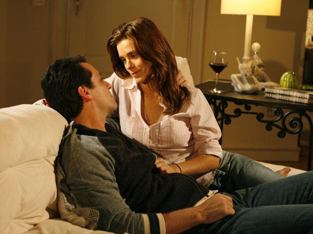 Diana e Mauro namoram na casa de Cris e o tema da conversa é casamento
