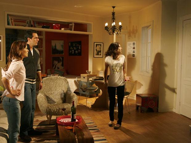 Cris acaba com o clima do casal ao dizer que Gerson está no prédio atrás de Diana