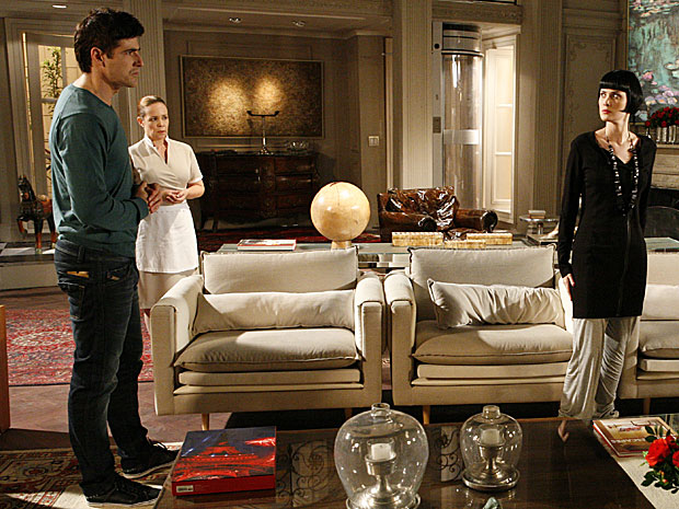 Fred invade a mansão para cobrar explicações de Melina