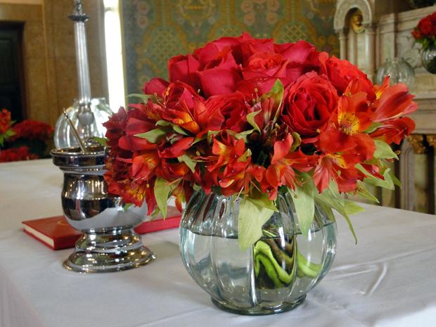 Rosas no altar do casamento de Fred e Melina