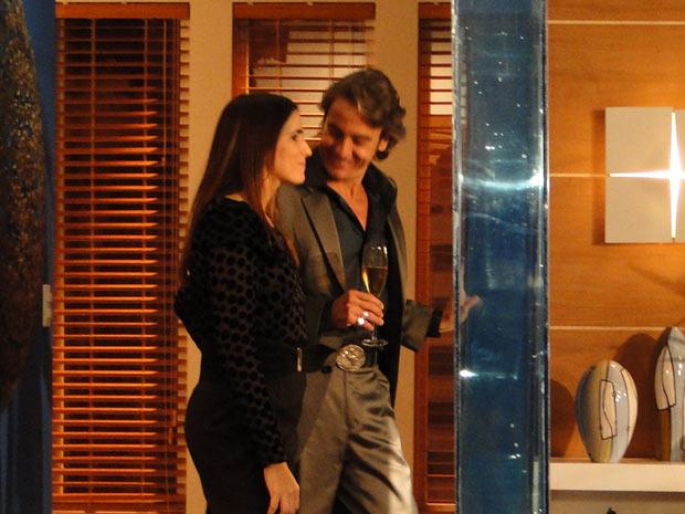 Suzana oferece um drink para Jacques antes dos dos sairem para jantar