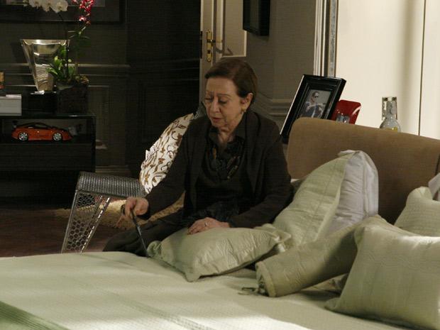 Bete encontra arma no quarto de Gerson e não sabe o que fazer