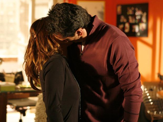 Mauro beija Diana nates de ir embora