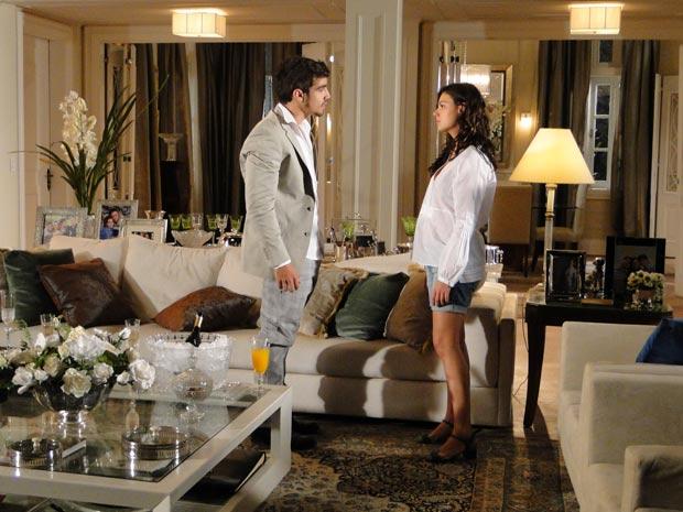 Marcela e Edgar discutem na sala