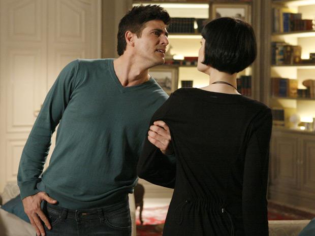 Furioso, Fred pega Melina pelo braço