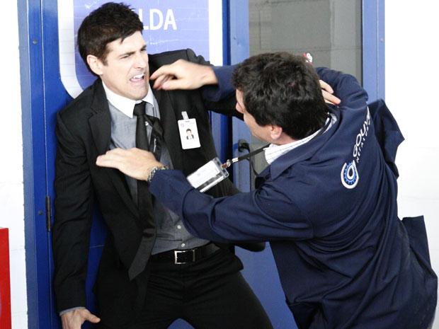 Fred avança em Mauro e os dois brigam na frente de todos os funcionários da metalúrgica