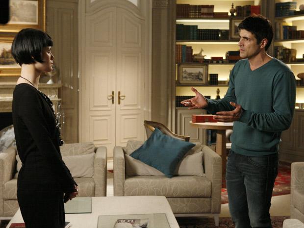 Fred questiona Melina após ter sido abandonado no altar