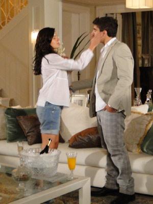 Marcela não se contém e dá um tapa em Edgar