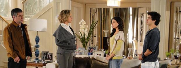 Marcela pede para Bruna deixar Julinho ficar na mansão com ela