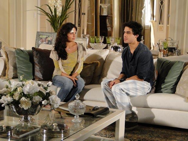 Marcela tenta convencer o amigo a ficar em São Paulo com ela