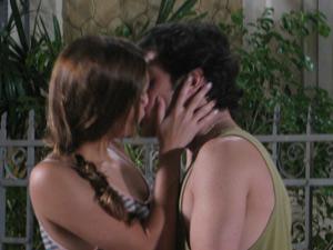 Ao ver Desirée se aproxiando, Stéfany beija Armandinho