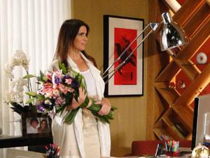 Suzana recebe flores de Jacques Leclair