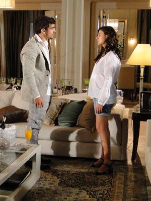 Marcela não se deixa levar pelas provoações de Edgar e é irônica com ele
