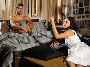 Marcela encontra um brinco no quarto de Edgar e questiona ele