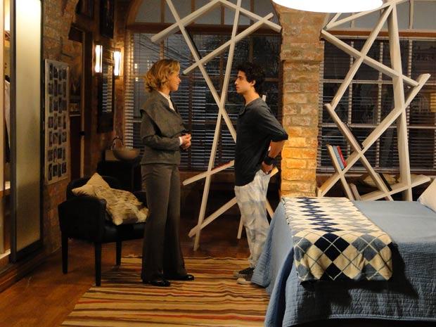 Bruna oferece o quarto de Osmar para Julinho ficar