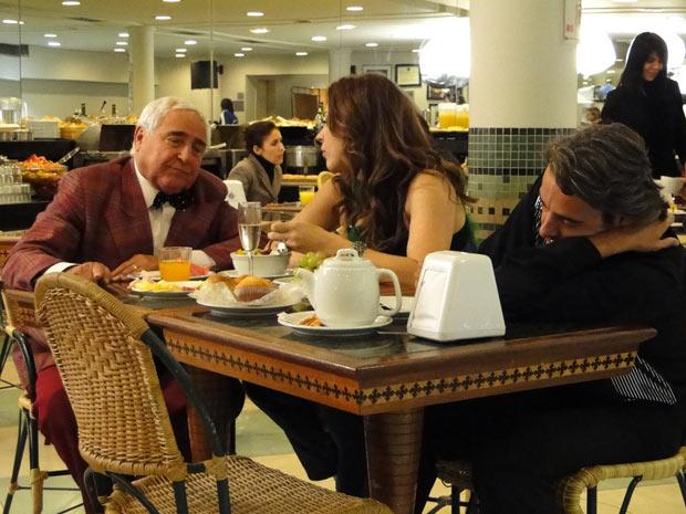 Mário Fofoca conta para Jaqueline que é detetive particular e ela fica fascinada