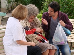 Ariclenes devolve as bonecas para Cecília