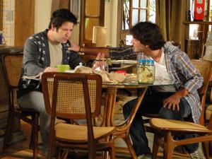 Luti demora a acreditar que Ari vai pegar no batente e fica comovido com o estado do pai