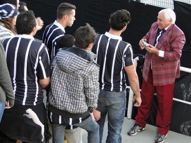 Mário comemora o gol do time adversário e os torcedorem partem para cima dele