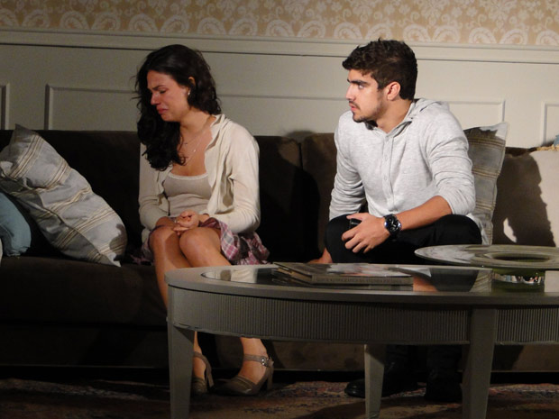 Edgar se comove ao ver Marcela chorando escondida