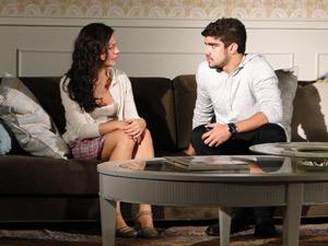 Marcela se abre com Edgar, que fica sensibilizado