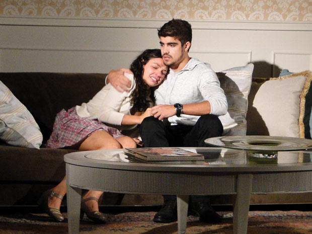 Edgar abraça Marcela, que se deixa levar e pousa a cabeça no peito dele