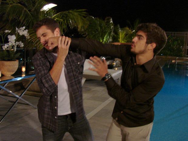 Edgar tenta ter uma conversa com Jorgito, mas os dois acabam se atracando