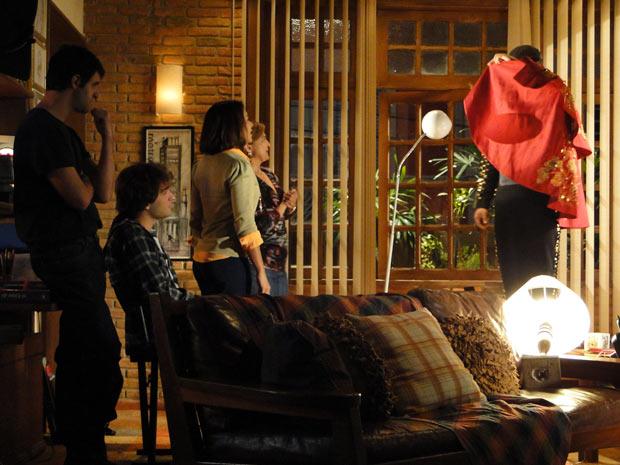 Ariclenes reúne Marta, Nicole, Chico e Luti para apresentar Victor Valentim