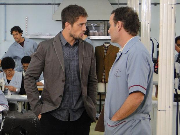 Gino tenta fazer Jorgito trabalhar, mas o filho de Rebeca o enfrenta