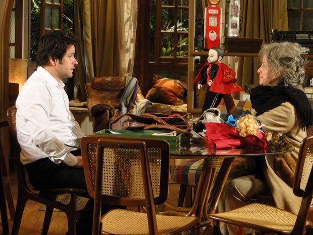 Ari é apresentado ao boneco chamado Victor Valentim