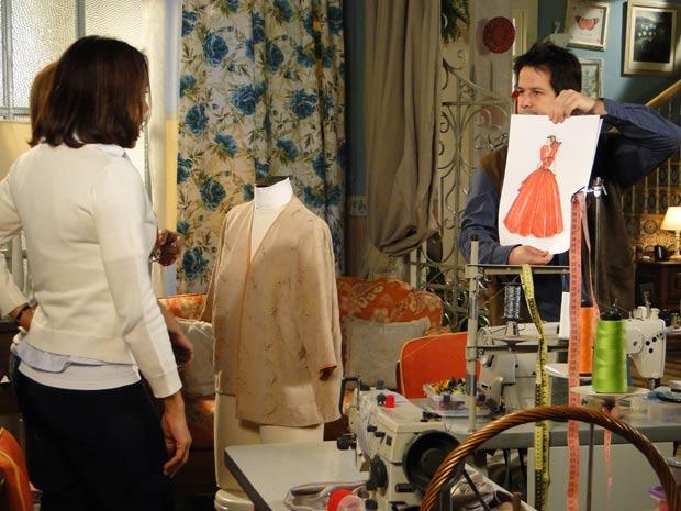 Ari mostra croquis para Marta e Nicole