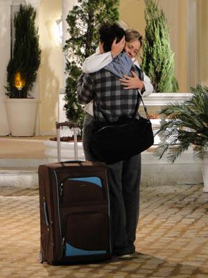 Bruna e Julinho se abraçam