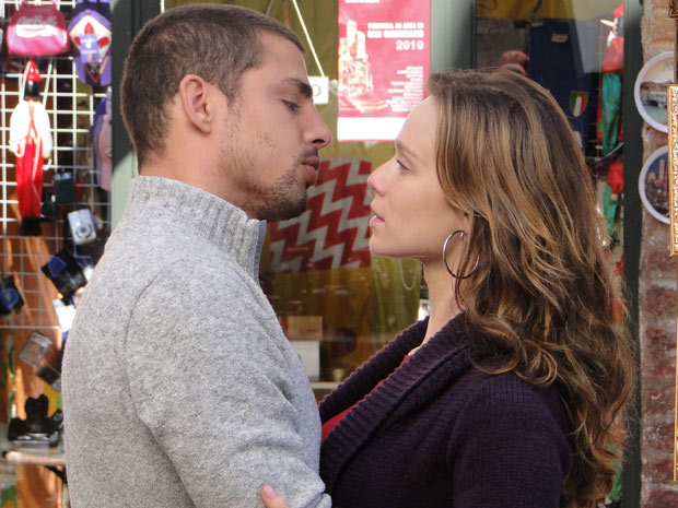 Clara mente para Totó dizendo que amiga está passando mal, para ficar com Danilo