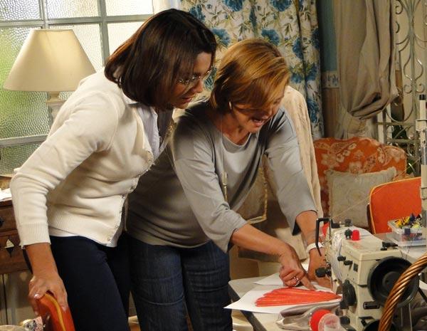 Marta e Nicole analisam os croquis