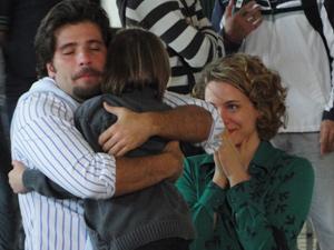 Agostina se emociona ao reunir sua família