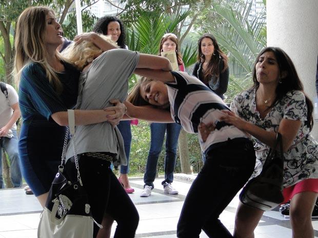 Briga fica feia e as amigas Mônica e Telma tentam separar