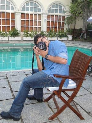 Caio Castro se diverte com máquina fotográfica
