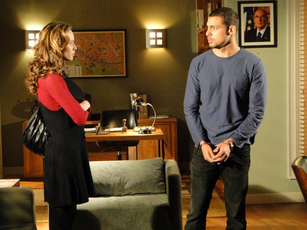 Danilo está preso na Itália e pede ajuda a Clara