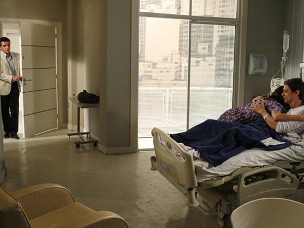 Mauro entra no quarto de Gerson no momento em que Diana diz ao piloto que vai manter o casamento
