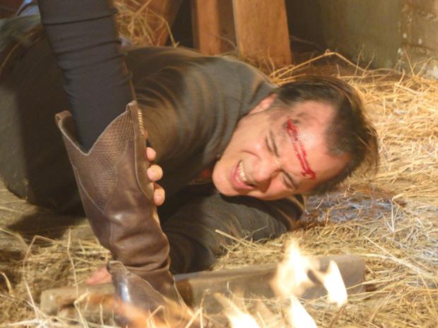 Totó desmaia, mas Clara apenas observa o sofrimento do marido e não se move