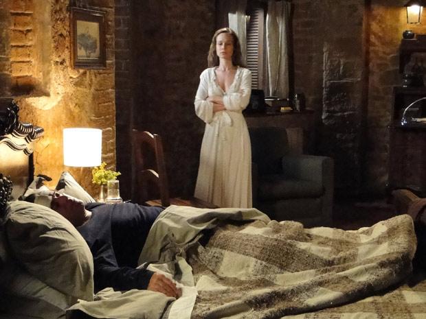 Clara questiona por que salvou Totó do incêndio se na verdade ela queria matá-lo