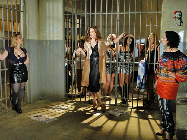 Jaqueline ensina as detentas a desfilar