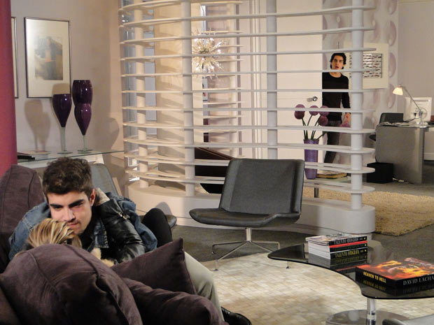 Julinho vê Edgar e Luisa se beijando