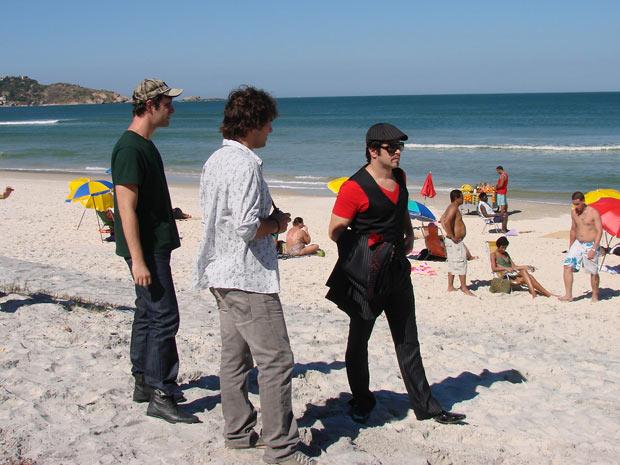 Ari vai à praia vestido de Victor Valentim para uma sessão de fotos